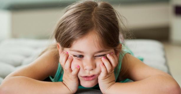 Kind verveelt zich want ze heeft geen geheugenkaart om foto's te maken