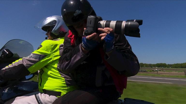 Sportfotograaf achter op de motor
