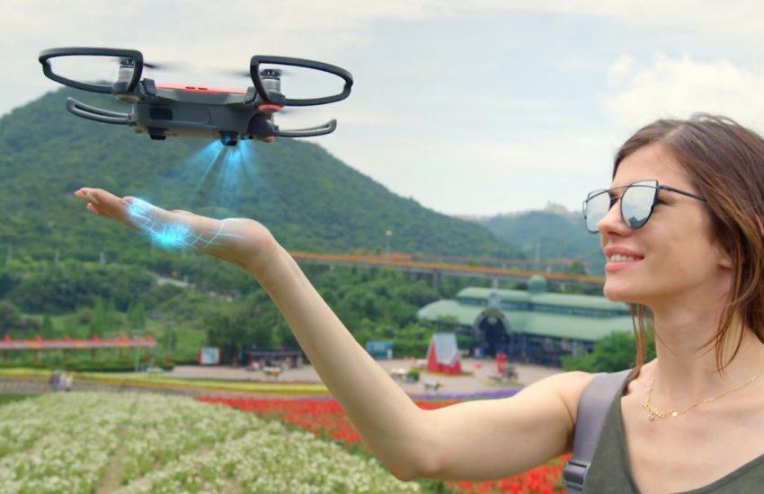 Vrouw bestuurt drone