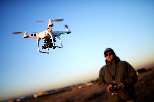 Man bestuurt een drone