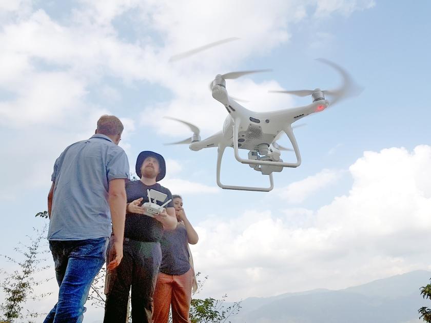 Man krijgt les in het besturen van een drone